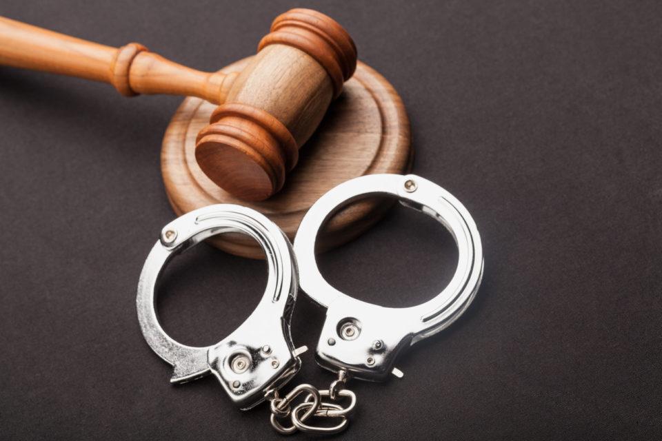 Handschellen Urteil Gericht Rechtssprechung 640498438